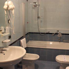 Bagno camera Tripla Prealpi Hotel