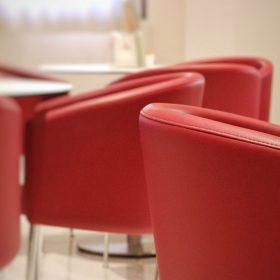 Poltrone rosse del bar del prealpi hotel